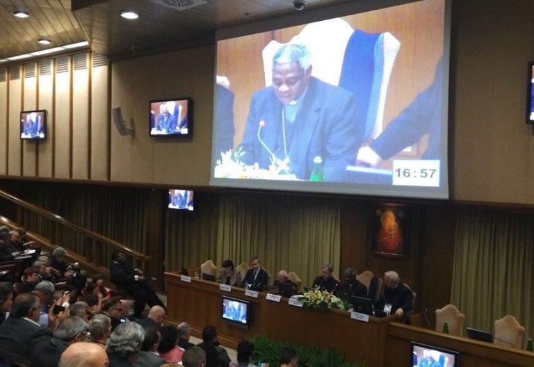 cardenal Peter Turkson lee el mensaje de papa Francisco en la clausura del encuentro internacional de sindicalistas en el Vaticano noviembre 2017