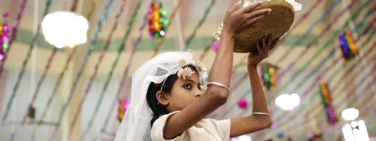 niña cristiana en Bangladesh en una celebración en Navidad