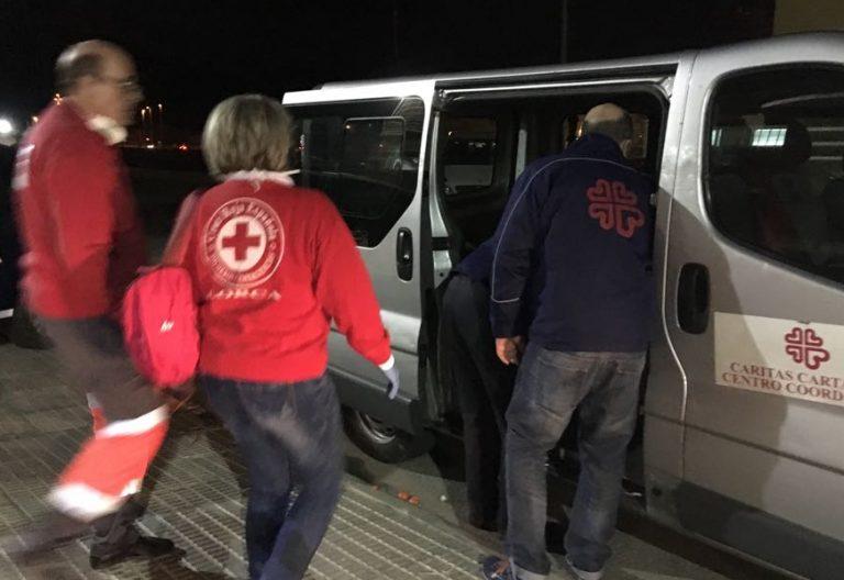 Voluntarios de Cáritas ayudan a los migrantes llegados en patera a Cartagena