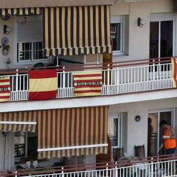 Un edificio en Barcelona, donde unos vecinos ondean su bandera española y los otros la estelada archivo