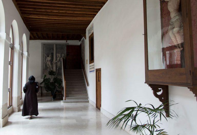 Una hermana pasea por un monasterio de clausura archivo