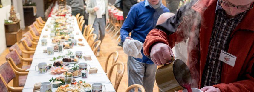 voluntarios preparan en Polonia una mesa para la cena de Nochebuena de personas pobres y sin hogar