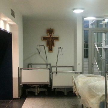 crucifijo en un hospital camas en el pasillo