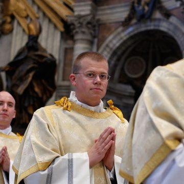 diaconos en una celebración en el Vaticano