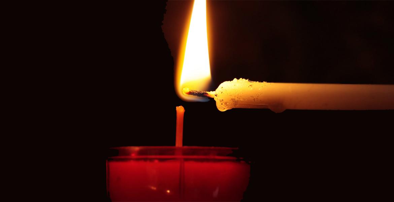 encender una vela con otra vela