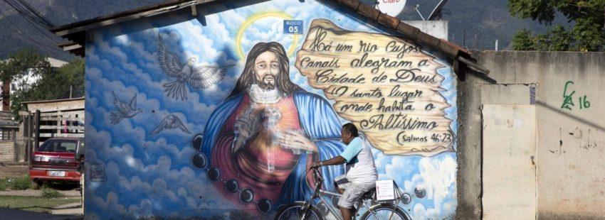 Un hombre pasea con su bici por una calle de Río de Janeiro, en Brasil/CNS