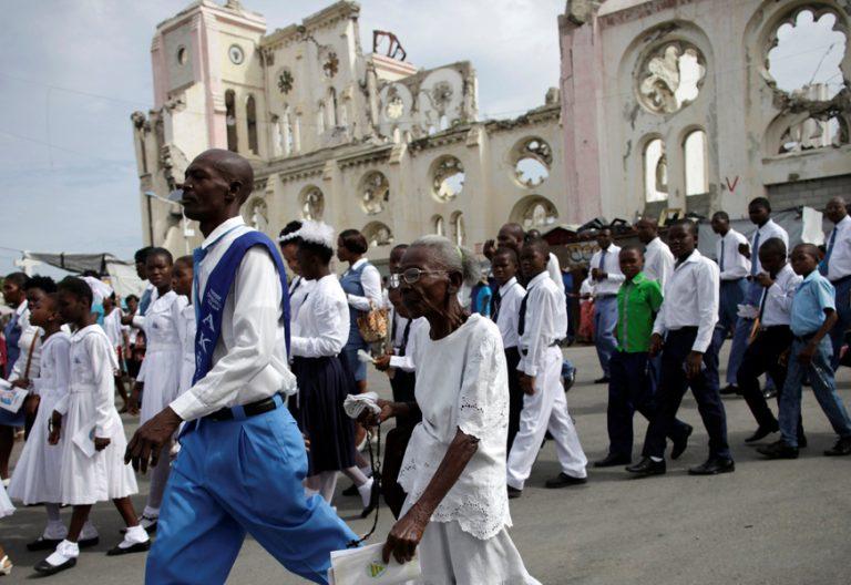 grupo de fieles en una procesión de Corpus Christi en la catedral de Puerto Príncipe Haití