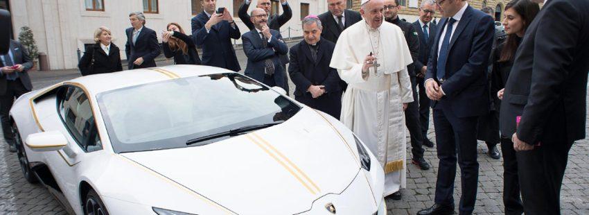papa Francisco recibe de regalo un coche Lamborghini que subastará para repartir los beneficios noviembre 2017