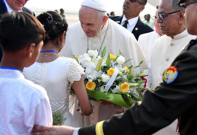 papa Francisco viaje a Bangladesh aterriza en Dacca 30 noviembre 2017