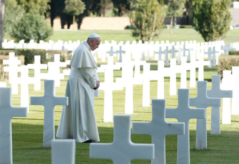 papa Francisco reza en el cementerio italo-americano de Neptuno Fieles Difuntos 2 noviembre 2017