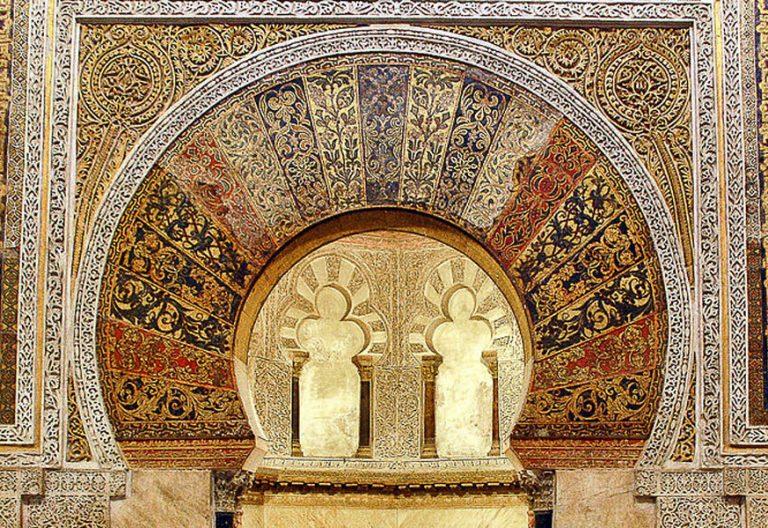 arco puerta hispano mozárabe en la mezquita de Córdoba