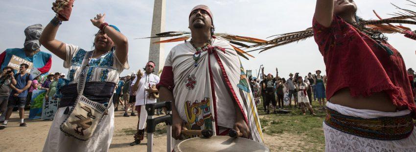 indígenas aztecas Latinoamérica en una marcha contra el cambio climático en Washington