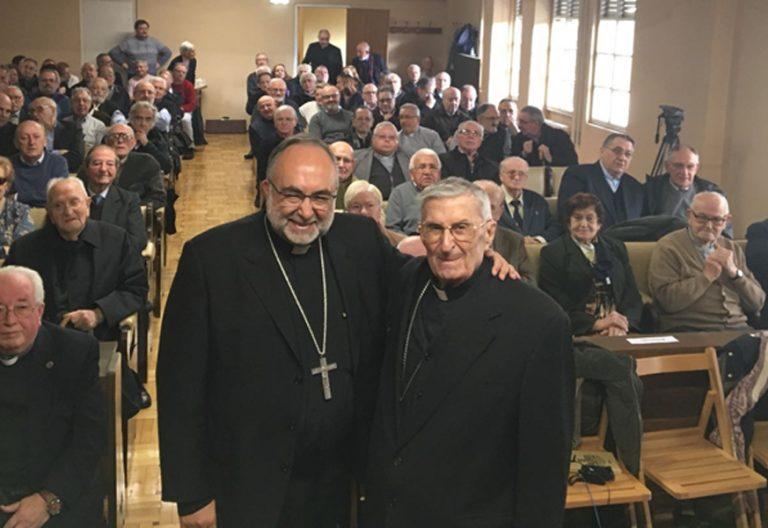 Jesús Sanz, arzobispo de Oviedo, y Gabino Díaz Merchán, arzobispo emérito, en la presnetación del libro 'Evangeliza en un mundonuevo' (PPC) en la Casa Sacerdotal Diocesana el 29 de noviembre de 2017