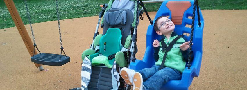 niño con discapacidad jugando en un columpio
