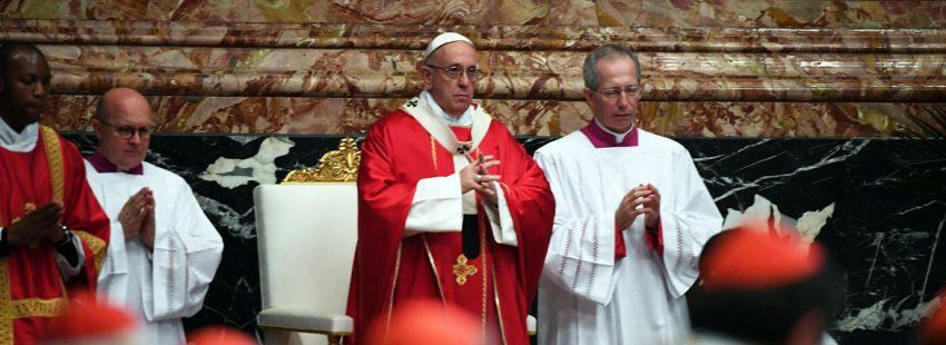 papa Francisco celebra misa en la Basílica de San Pedro por los cardenales y obispos fallecidos ese año 2017