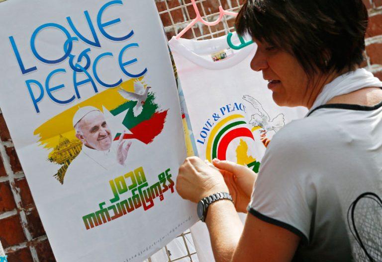 papa Francisco en un cartel antes de su visita a Myanmar noviembre 2017