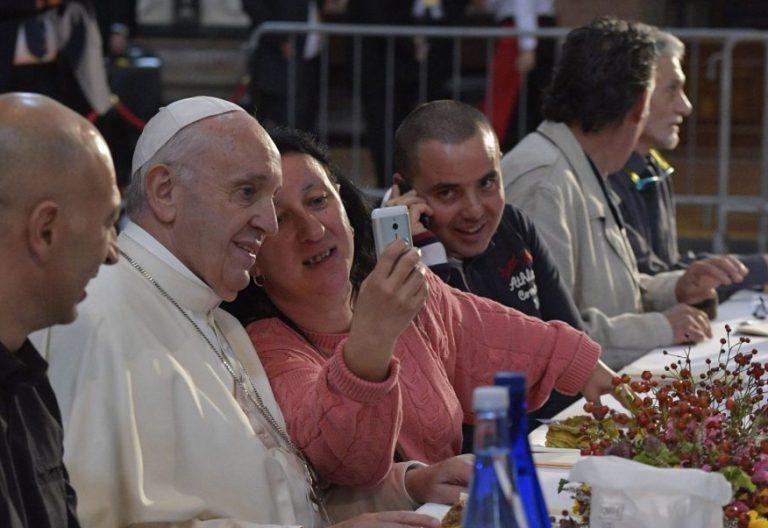 El Papa Francisco, en una comida con un grupo de pobres en Bolonia/CNS