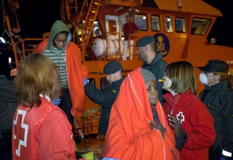 Rescate de una patera con inmigrantes en Motril/EFE