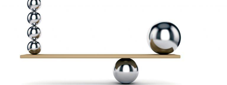 bolas de peso y medida en una balanza en equilibrio