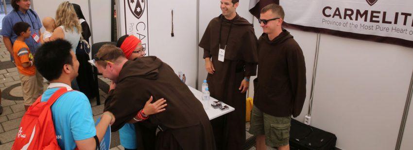 religiosos abrazan a jóvenes peregrinos durante la JMJ Cracovia 2016