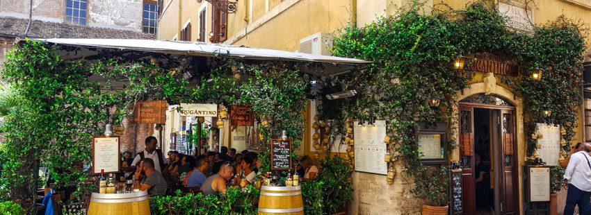 restaurante en Roma gente comiendo en la terraza