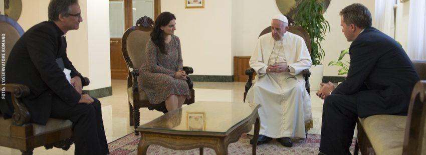 papa Francisco con responsables de la comunicación vaticana Dario Viganò, Paloma García Ovejero y Greg Burke julio 2016