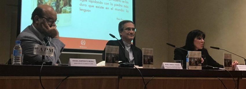 Viganò, durante la presentación acompañado de Ángel Expósito y Carmen Magallón/VIDA NUEVA