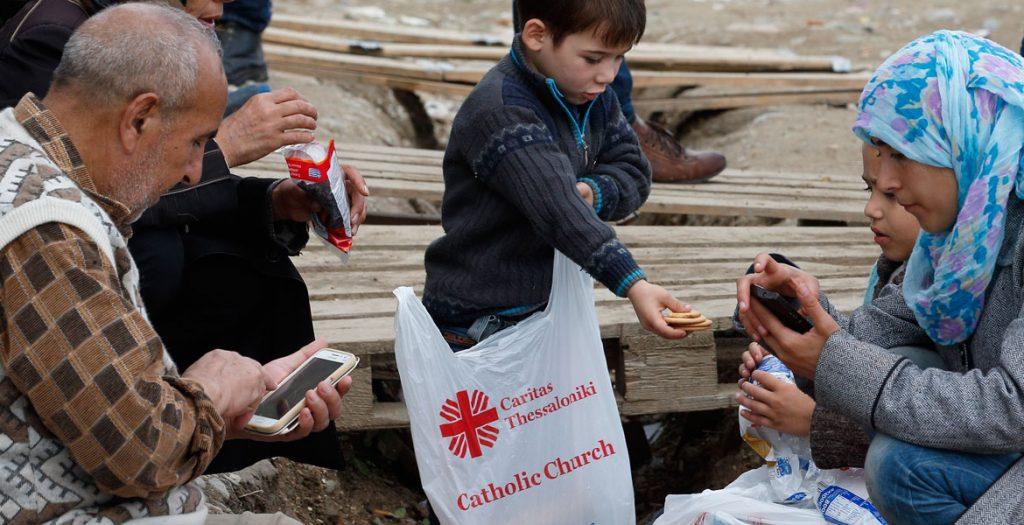 reparto de alimentos de Cáritas en un campamento para refugiados en Grecia