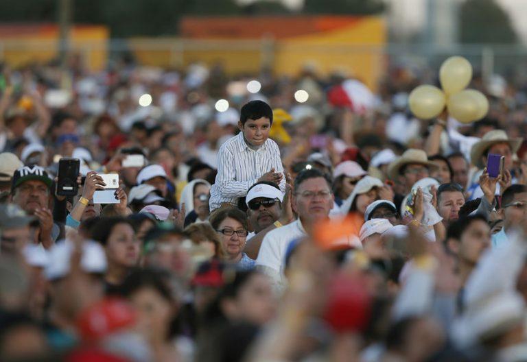 fieles de Ciudad Juárez asistiendo a misa del papa Francisco febrero 2016