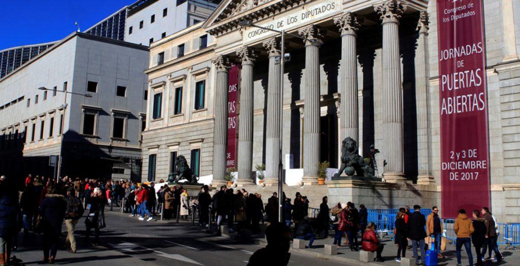Una fila de personas espera para visitar el Congreso de los Diputados en las tradicionales jornadas de puertas abiertas que se celebran en la semana en que se conmemora el Día de la Constitución, el 6 de diciembre