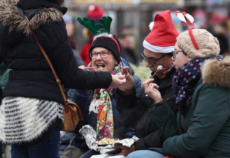 Turistas con gorros de Navidad en Madrid/EFE