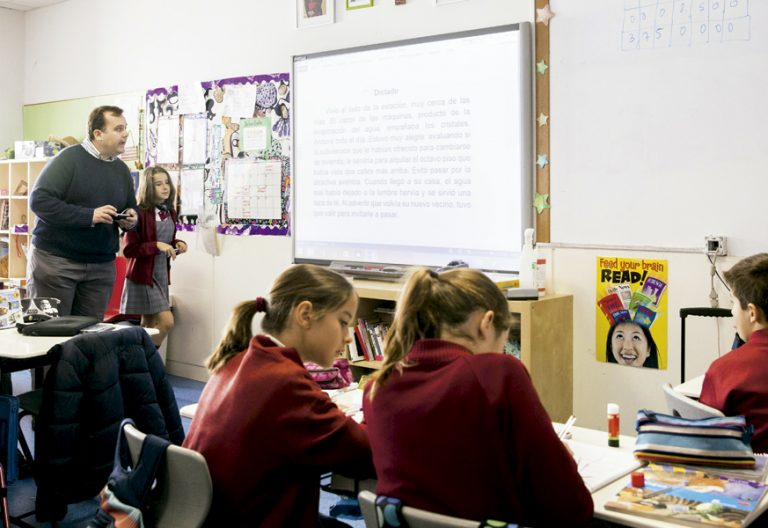 escuela concertada profesor con alumnos en el aula
