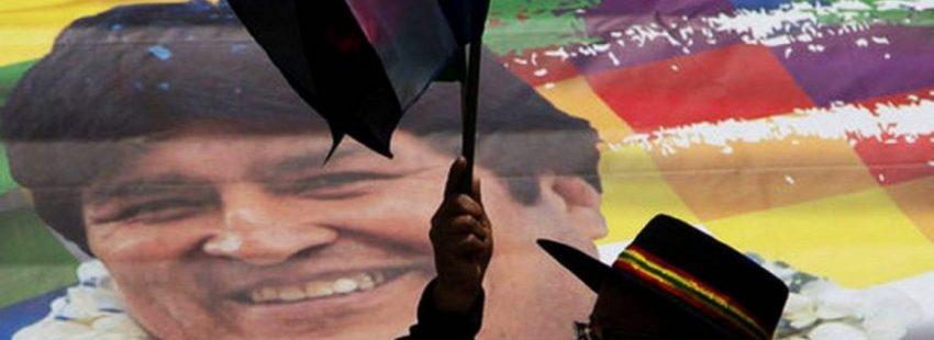 Una boliviana agita una bandera ante una imagen de Evo Morales/EFE