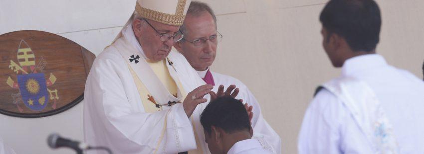 papa Francisco misa en Bangladesh ordenación de 16 nuevos sacerdotes 1 diciembre 2017