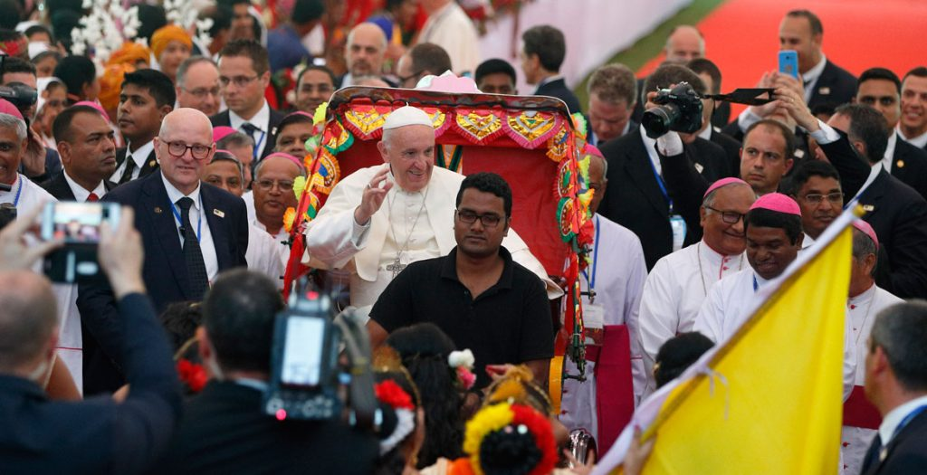 papa Francisco viaje a Bangladesh en un rickshaw bicicleta típica 1 diciembre 2017
