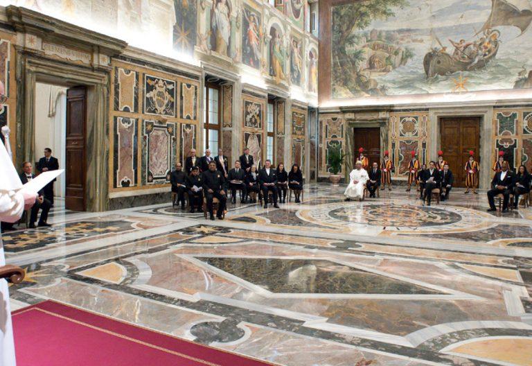 papa Francisco con los nuevos embajadores de Yemen, Nueva Zelanda, Suazilandia, Azerbaiyán, Chad, Liechtenstein e India