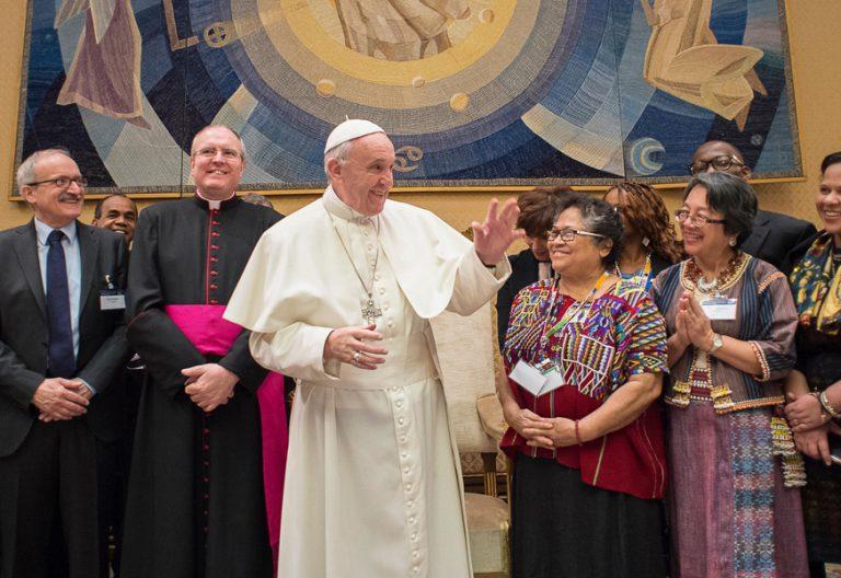papa Francisco encuentro con participantes en el Forum de Pueblos Indígenas Roma febrero 2017