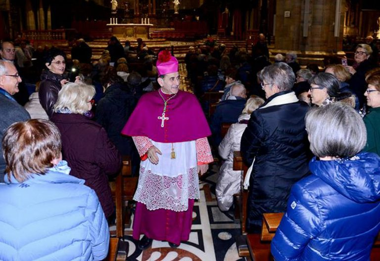 El obispo de Milán, Mario Delpini, en una celebración en la catedral noviembre 2017