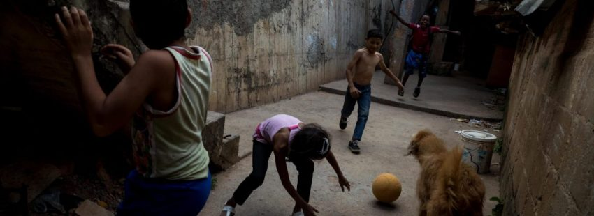 Un grupo de niños, en un suburbio de Venezuela/EFE