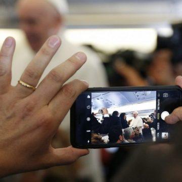 El Papa Francisco, fotografiado con un teléfono móvil