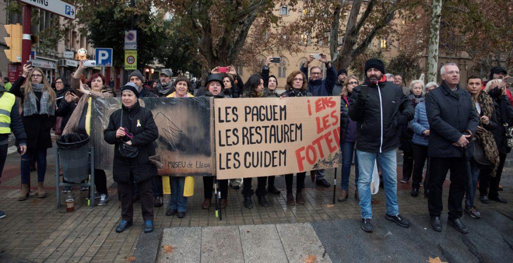protestas ante el Museo Nacional de Arte de Cataluña de Lleida 11 diciembre 2017