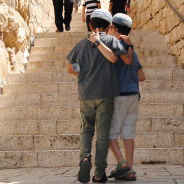 Dos menores judíos se abrazan en las calles de la ciudad vieja de Jerusalén