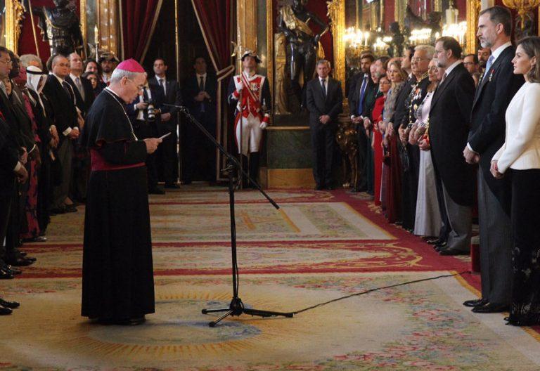 El nuncio Renzo Fratini pronuncia el discurso, como decano del cuerpo diplomático acreditado en España, ante el rey Felipe VI en la recepción ofrecida en el Palacio Real el 31 de enero de 2018