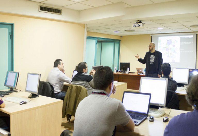 profesores en el aula en cursos de formación permanente