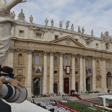 fotógrafo en el Vaticano durante una celebración en la Plaza de San Pedro