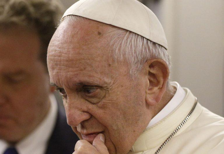 papa Francisco con periodistas en el avión de vuelta de Perú