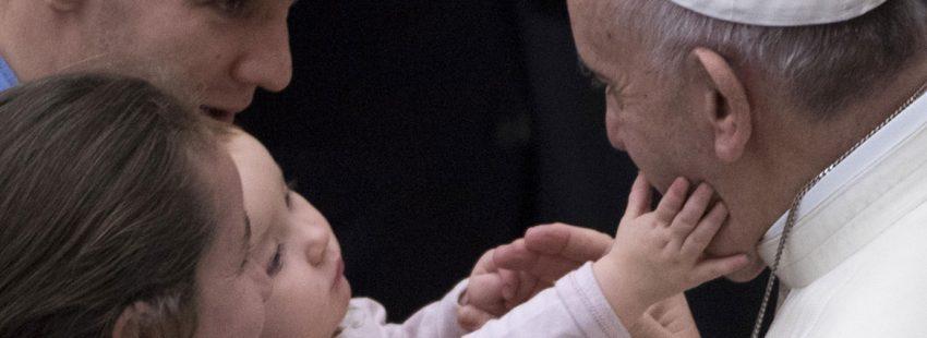 papa Francisco saluda a un bebé audiencia general miércoles 3 enero
