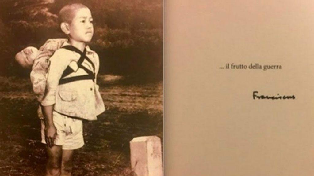 postal del navidad 2017 del papa Francisco niño llevando hermano muerto a su espalda Nagasaki