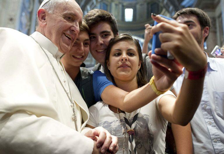 papa Francisco se hace un selfie con jóvenes agosto 2013