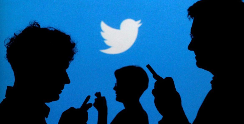 Imagen de archivo de varias personas con teléfonos móvil y el logo de Twitter al fondo/Archivo VN